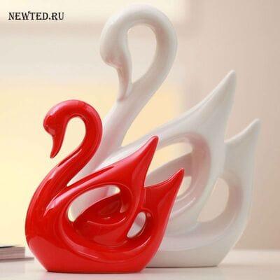 Статуэтки красный и белый лебедь