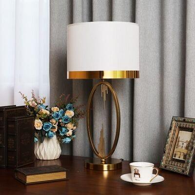 Красивая лампа с абажуром