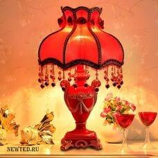 Красный настольный светильник